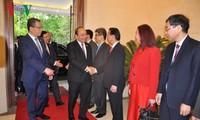 PM Vietnam, Nguyen Xuan Phuc mengunjungi Kedutaan Besar Vietnam di Tiongkok