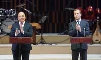 PM Vietnam, Nguyen Xuan Phuc dan PM Rusia, Dmitry Medvedev menghadiri upacara pembukaan Tahun Silang Vietnam – Rusia