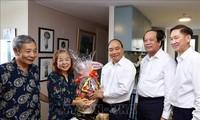 PM Vietnam, Nguyen Xuan Phuc melakukan kunjungan dan mengucapkan selamat kepada para wartawan veteran revolusioner di Kota Ho Chi Minh