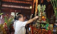 Parlamentspräsident Nguyen Sinh Hung zündet Räucherstäbchen vor Tempel Ho Chi Minh an