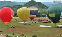 Heißluftballon fliegt erstmals über das Moc Chau-Plateau