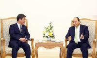 Premierminister Nguyen Xuan Phuc empfängt den japanischen Minister für Wirtschaftswiederaufbau