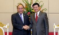 Premierminister Nguyen Xuan Phuc trifft den laotischen Regierungschef