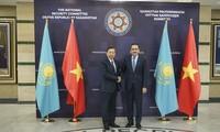 Minister für öffentliche Sicherheit To Lam besucht Kasachstan