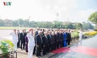 Leiter der Partei und des Staates besuchen Ho-Chi-Minh-Mausoleum zu seinem 128. Geburtstag