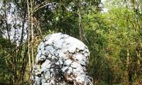 Alter Mann aus weißem Stein – der heilige Stein der Ha Nhi an der Grenze