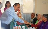 Vize-Premierminister Truong Hoa Binh überreicht den Heldenmütter in Tien Giang und Long An Geschenke