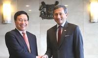 Vize-Premierminister, Außenminister Pham Binh Minh führt Gespräch mit dem Außenminister Singapurs