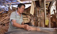 Der Mann, der sich seit 35 Jahren mit der Herstellung der Vollmondkuchenform beschäftigt
