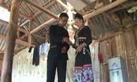 Jungen der Kho Mu drücken ihre Liebe durch die Mundorgel aus