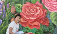 """Malerin Nguyen Thu Thuy bemalt die Wand """"Französisch-vietnamesischer Frühling"""" am Seine-Fluss"""