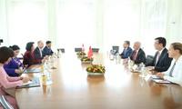Vize-Staatspräsidentin Dang Thi Ngoc Thinh trifft Präsident der Schweiz