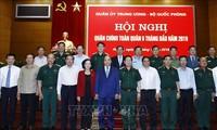 Premierminister Nguyen Xuan Phuc nimmt an der Bilanzkonferenz der Armee teil