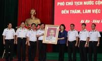 당 티 응옥 틴 국가 부주석, 해군 2 지역 간부와 전사들 선물 전달