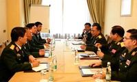 越南国防部长吴春历与老挝国防部长进行双边接触