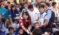 越南长高乳制品基金会向贫困儿童赠奶