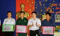 越南有关部门看望南游群岛军民并拜年