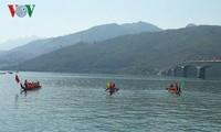 山萝省举行传统划船比赛