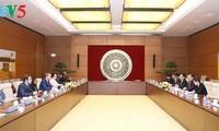 越南青年国会代表小组与法语国家议会联盟青年议员代表团举行会谈