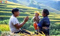 越南乡村温馨朴素的幸福家庭