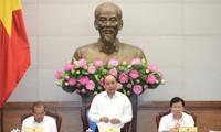 越南政府总理阮春福主持召开政府立法专题会议