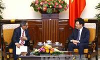 越南政府副总理兼外交部长范平明会见萨尔瓦多副外长卡洛斯·卡斯塔尼达