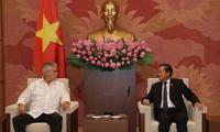 越南国会副主席杜伯巳会见古巴保卫革命委员会副主席亚内斯