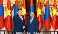 阮春福会见蒙古国国家大呼拉尔主席恩赫包勒德