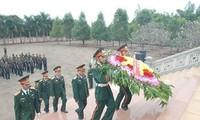 柬埔寨王家军代表团在嘉莱省德基县烈士墓园上香