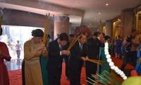 向国祖雄王献祭柱型粽子暨缅怀礼成候阮有镜的上香仪式举行