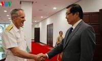 岘港市人民委员会主席黄德诗会见美国海军舰艇编队官兵