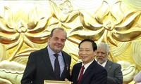 """越友联向智利驻越大使授予""""为了各民族和平友好""""纪念章"""