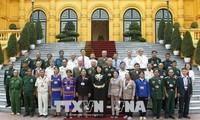 越南国家副主席邓氏玉盛会见昆嵩省为国立功者