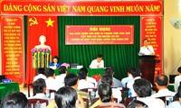 越南祖国阵线中央委员会主席陈清敏接触芹苴市选民