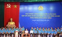 越南政府总理与红河平原地区工业区工人进行对话