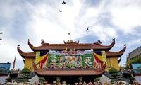 越共中央民运部部长张氏梅探望越南佛教教会证明理事会法主