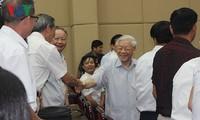 越南十四届国会五次会议结束后 阮富仲与选民进行接触