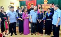 越共中央书记处常务书记陈国旺与安沛省穆庚寨县选民接触