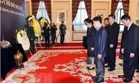 越南驻各国大使馆举行原越共中央总书记杜梅吊唁仪式并设置吊唁簿