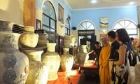 浮雕越南传统花纹的陶瓷百瓶创越南纪录