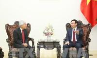 越南政府副总理王庭惠会见日本控股集团首席执行官伸足立