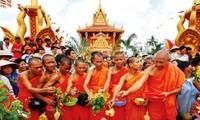 VFF President Nguyen Thien Nhan congratulates Khmer's Chol Chnam Thmay festival