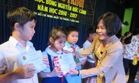 Poor students receive Nguyen Duc Canh scholarships