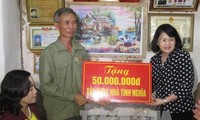 Vice President Dang Thi Ngoc Thinh presents gifts to AO/ dioxin victims in Ninh Binh