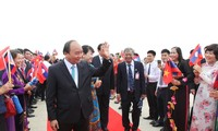 PM Nguyen Xuan Phuc begins official visit to Laos