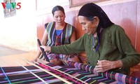 Brocade weaving: dexterity of M'Nong women