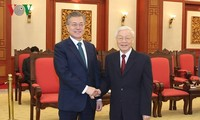 Party leader Nguyen Phu Trong receives RoK President Moon Jae-in