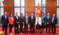 Deputy Prime Minister Vuong Dinh Hue talks with business leaders