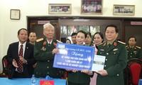 Le Département politique reçoit les mémoires du général Le Duc Anh