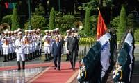 Le Premier ministre français au Vietnam